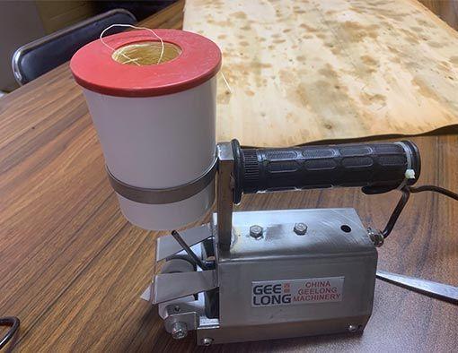 Máquina de coser de chapa manual para coser chapas de tamaño pequeño